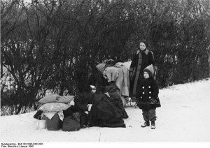 Source: Bundesarchiv Bild 183-1990-0323-501, Flüchtlingsfamilie in Oberschlesien./Licensed under CC BY-SA 3.0 de via Wikimedia Commons