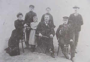 Herr Roßmann, center, was the head teacher and sexton in Hoffnungstal for 42 years. Pictured here with his children. (Source: Hoffnungstual: Bilder einer deutschen Siedlung in Bessarabien)