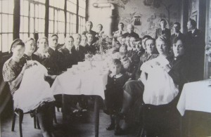 Mealtime at a refugee camp in Germany (Source: Hoffnungstal: Bilder einer deutschen Siedlung in Bessarabien)