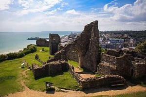 The ruins of Hastings Castle. (Courtesy of Wikimedia Commons)